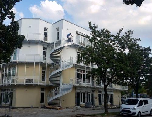 Balkone und Treppen, Schule, München, Deutschland